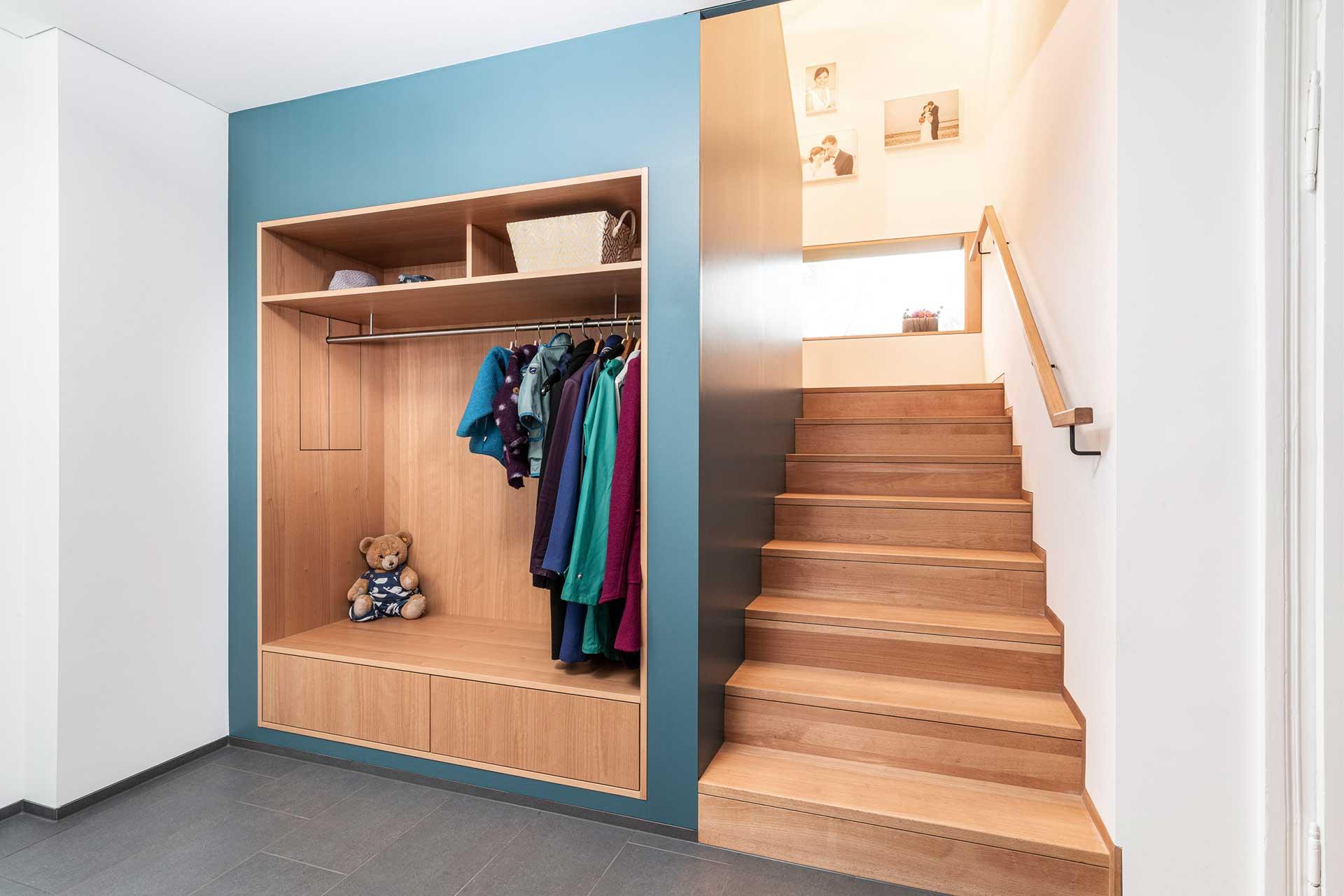 Garderobe und Holzstiege vom Tischler