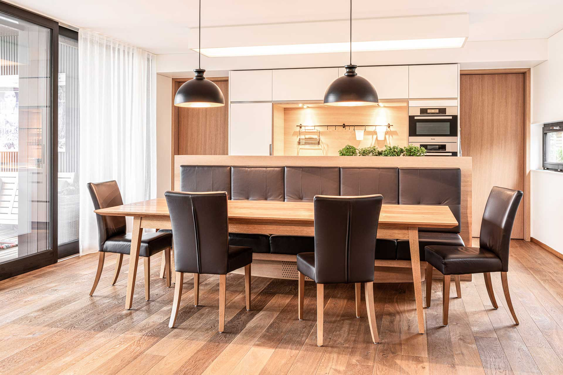 moderne Holzküche mit Lederstühlen maßgefertigt