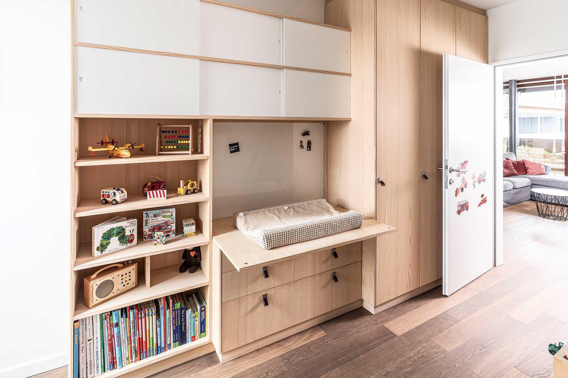 Holzschrank und Wohnwand Kinderzimmer 2