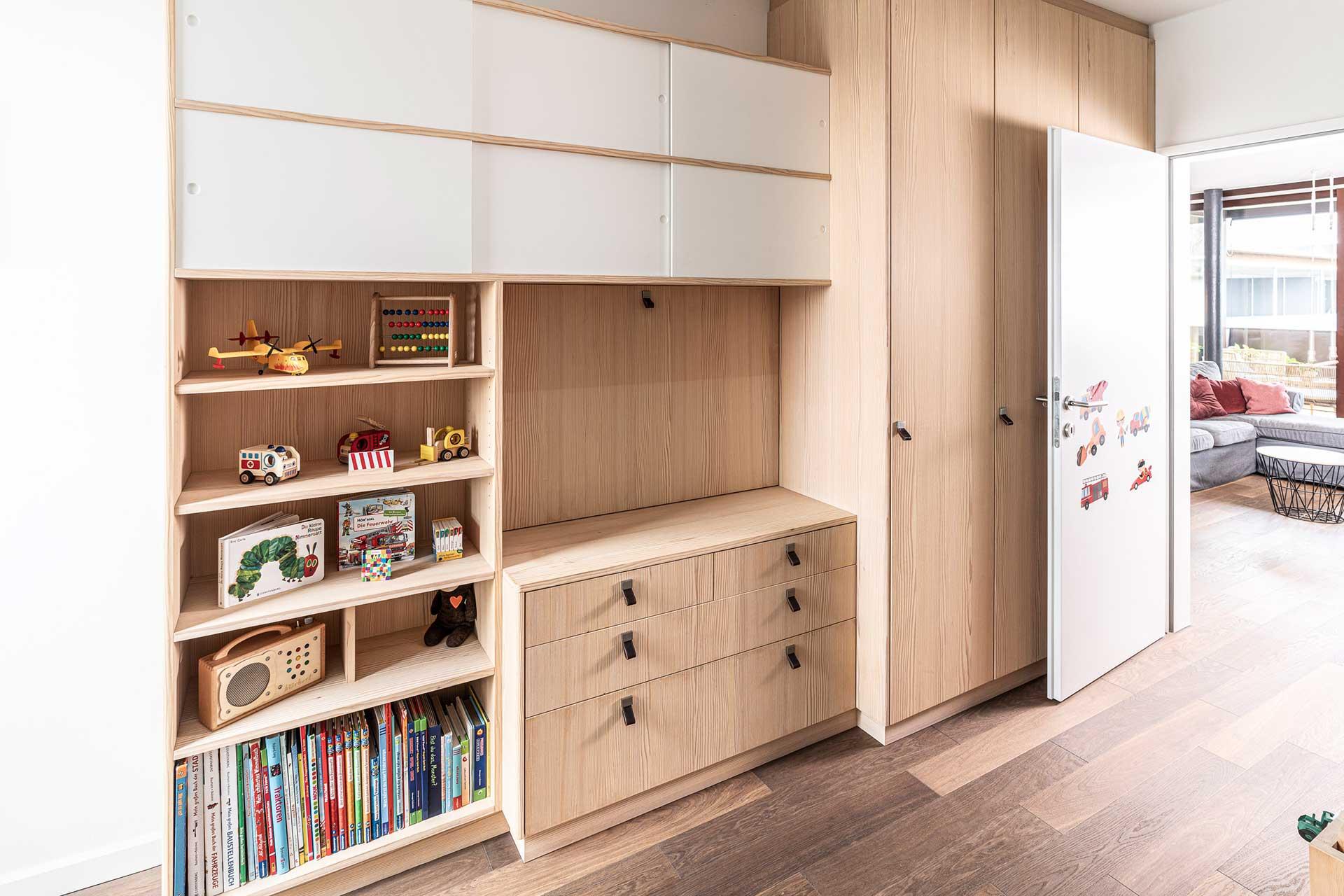 Holzschrank und Wohnwand Kinderzimmer