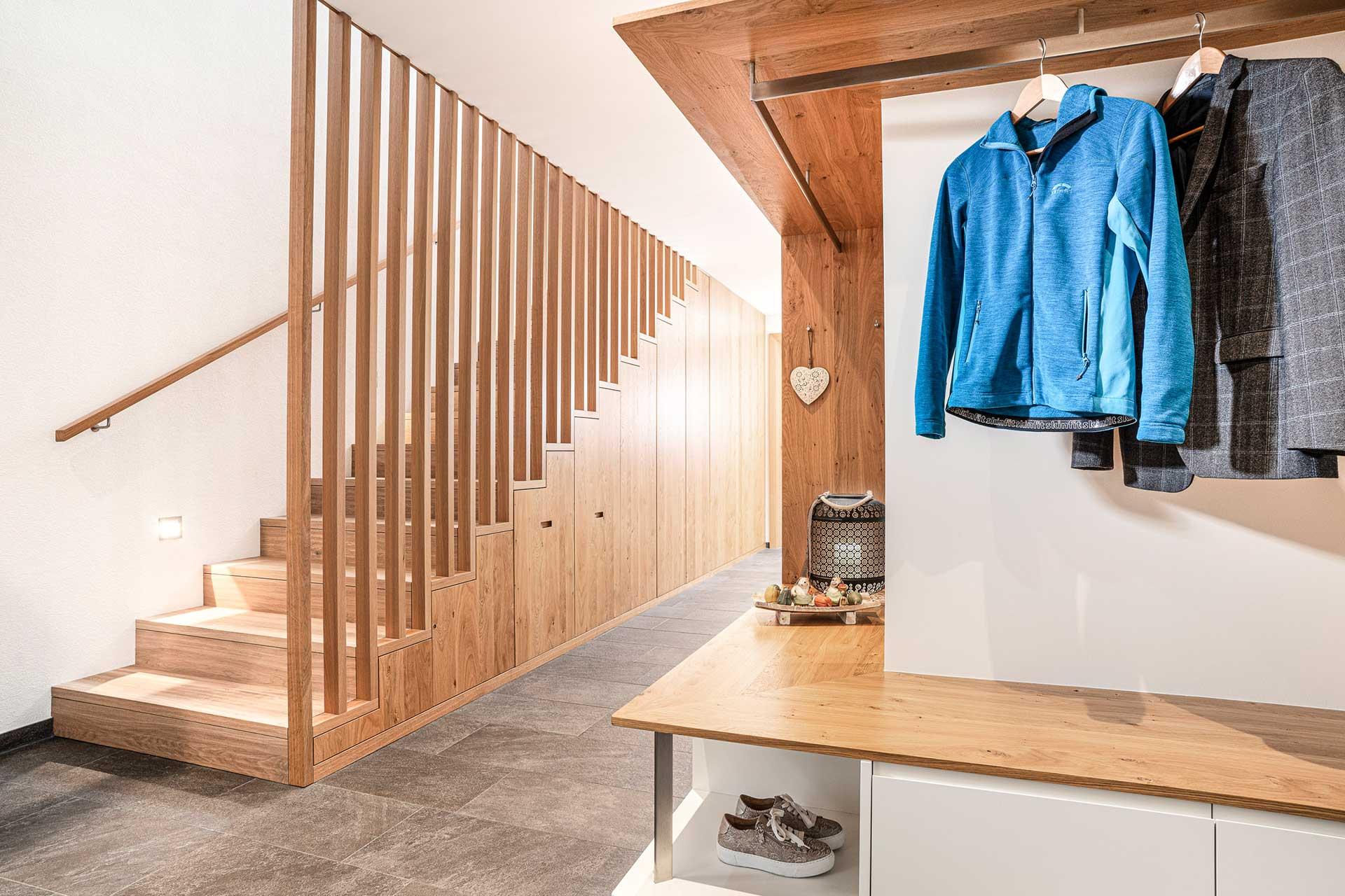 Holzstiege und Garderobe vom Tischler in Vorarlberg