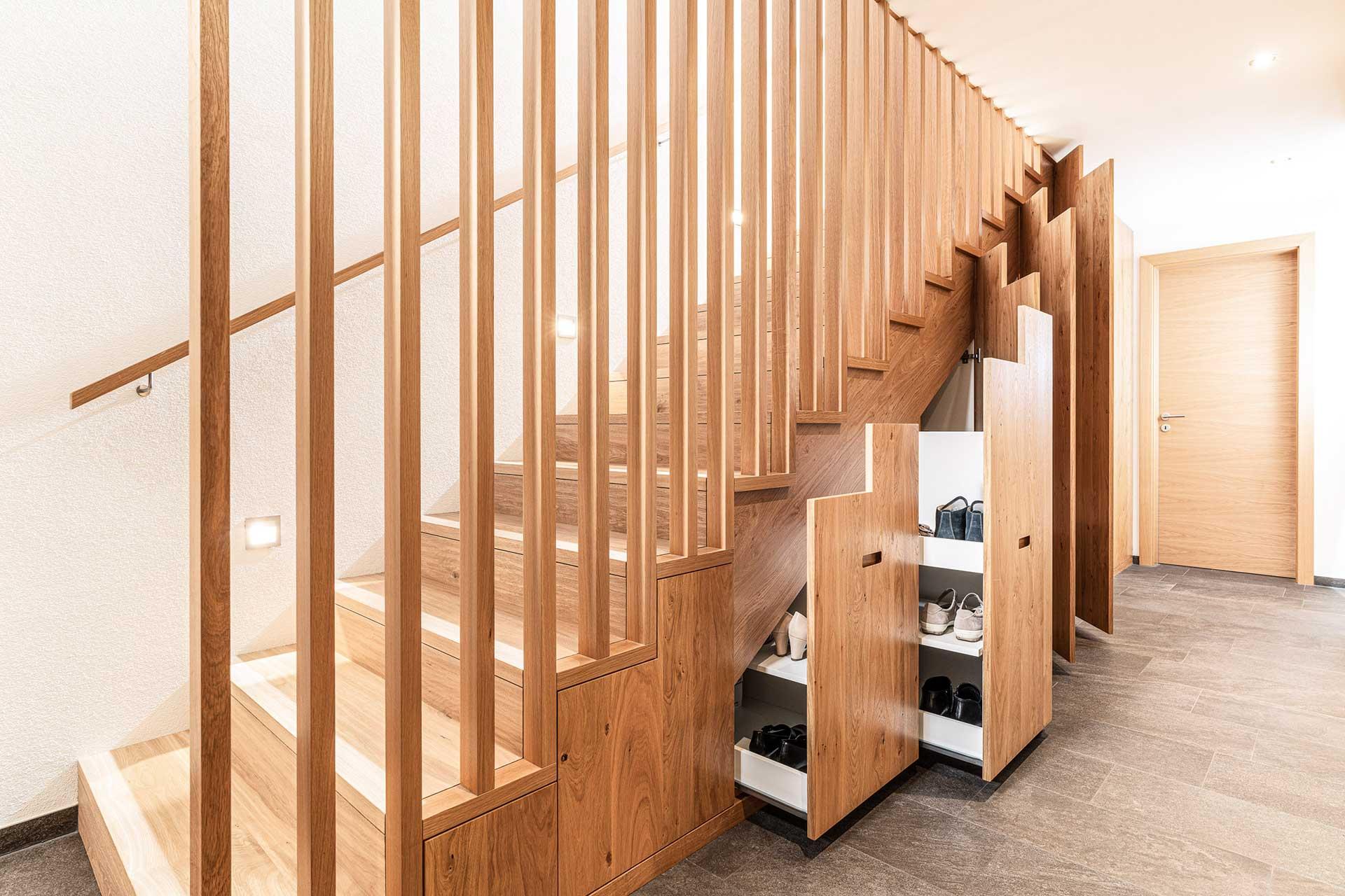 Holzstiege, Einbauschränke und Einbauschuhregal