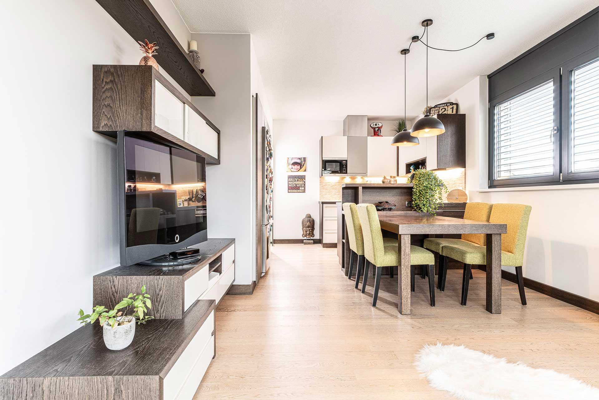 Küchenbau und Wohnzimmer maßgefertigt
